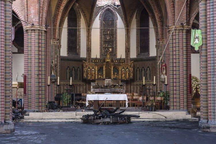Zicht op het altaar, let op het ingestorte gewelf!