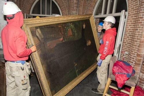 Het schilderij van bouwpastoor Brouwers gaat naar een herstel atelier.