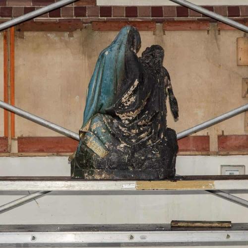 De zwaar beschadigde Pietà.