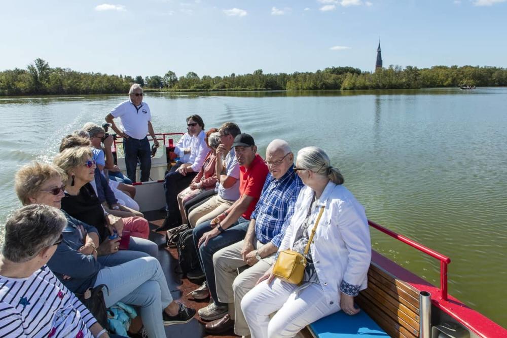 Rondvaart op de Amstelveense Poel - schipper geeft toelichting historie van de Poel