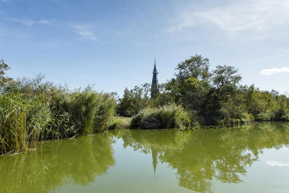 Rondvaart op de Amstelveense Poel - uitzicht op St. Urbanuskerk