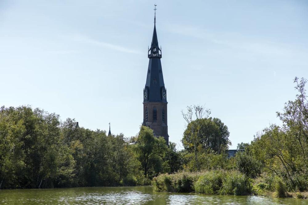 Rondvaart op de Amstelveense Poel - uitzicht op de St. Urbanuskerk vanaf het water