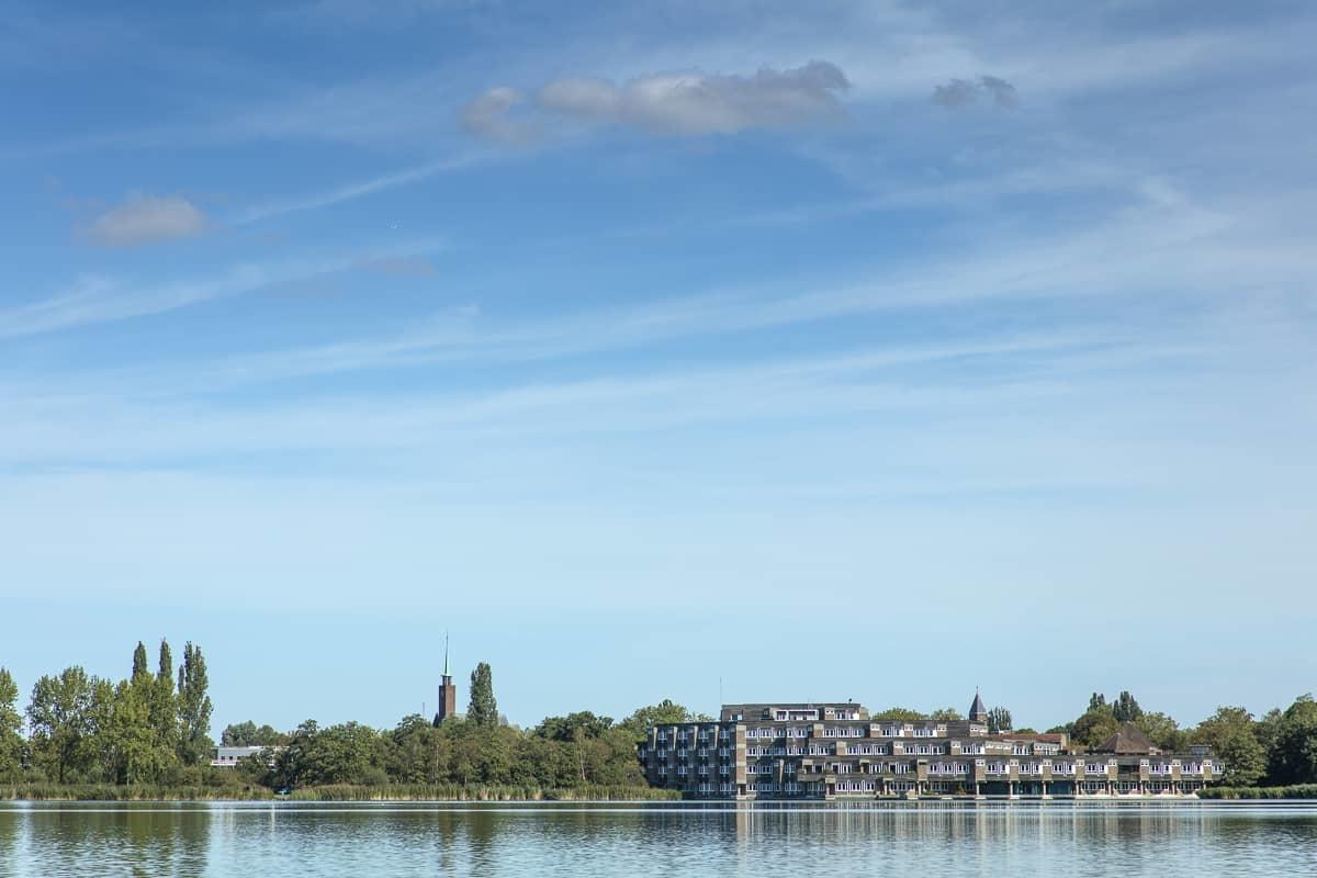 Rondvaart op de Amstelveense Poel - uitzicht op het gemeentehuis Amstelveen vanaf het water